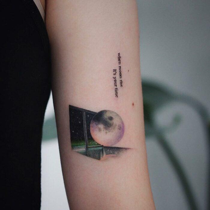 Luna sobre un recuadro negro ;15 Tatuajes para llevar tu amor por BTS al siguiente nivel