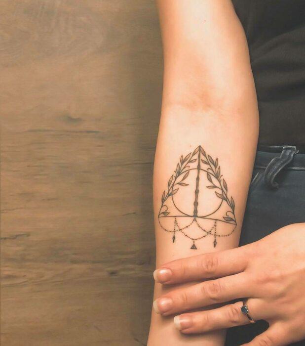 Reliquias de la muerte ;18 Tatuajes inspirados en 'Harry Potter' que te llevarán de vuelta a Hogwarts