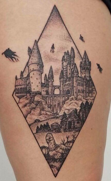 Castillo Hogwarts ;18 Tatuajes inspirados en 'Harry Potter' que te llevarán de vuelta a Hogwarts