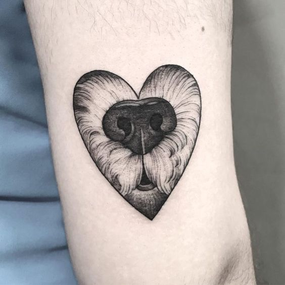 Corazón con nariz de perro al centro ;15 Hermosos tatuajes para mostrar que eres una 'animal lover'