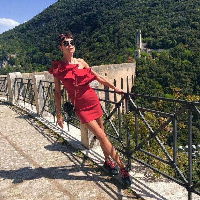 Norma Williams con vestido rojo con olanes ;Tiene 72 años pero mantiene una silueta como de modelo que sorprende a todo internet
