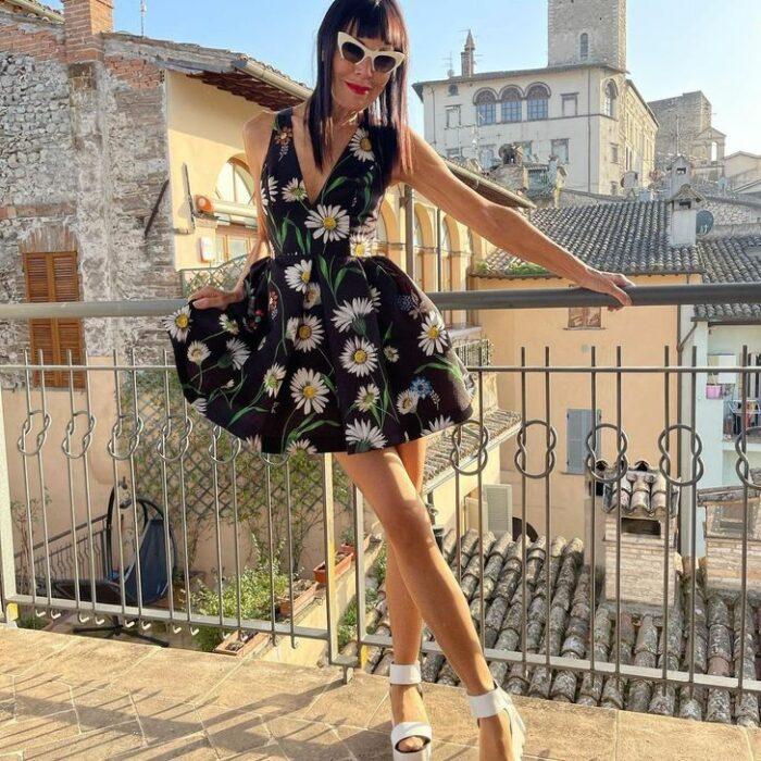 Norma Williams con vestido de margaritas ;Tiene 72 años pero mantiene una silueta como de modelo que sorprende a todo internet