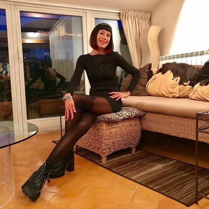 Norma Williams en la sala de su casa ;Tiene 72 años pero mantiene una silueta como de modelo que sorprende a todo internet