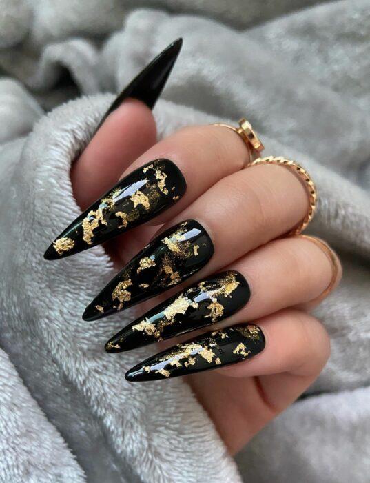 Chica con unas uñas estilo bichota