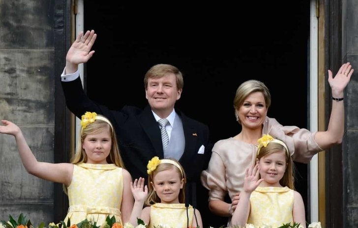 Niños de la realeza usando vestidos muy similares