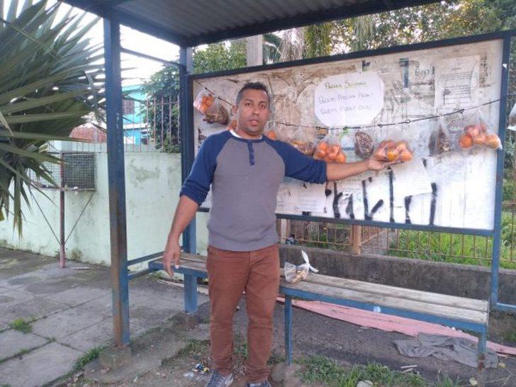 Chico frente a una parada de autobús; Vecinos dejan fruta y pan en una parada de autobús para los más necesitados