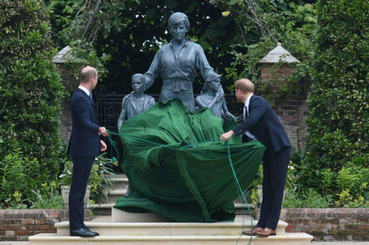 Harry y William develando la estatua de diana en su cumpleaños 60