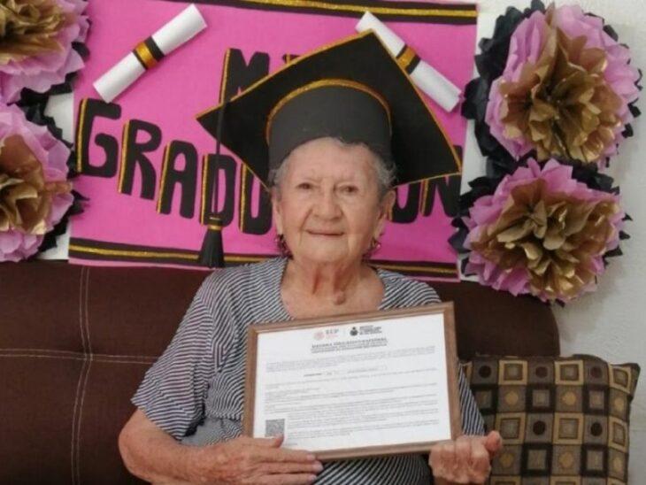 Mujer sosteniendo un diploma ;abuelita se graduó de la secundaria a los 89 años