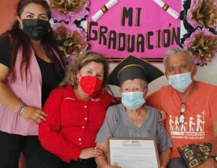 Adulta mayor en plena graduación ;abuelita se graduó de la secundaria a los 89 años