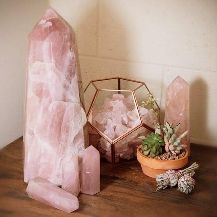 decoraciones del hogar, recámara, cuarto, habitación, sala, lámparas, muebles, veladoras, decoraciones con cuarzos rosas y cristales