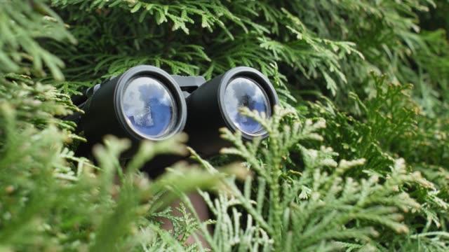 Binoculares; ;15 Vecinos tan molestos que no te gustaría vivir en su vecindario
