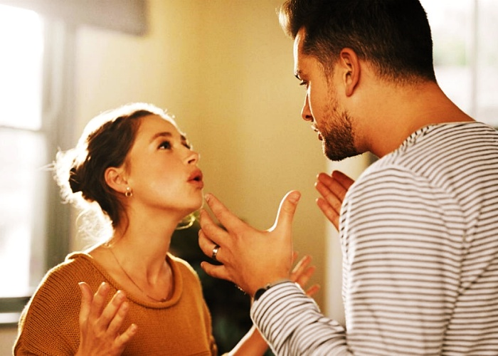 pareja discutiendo, peleando, llorando