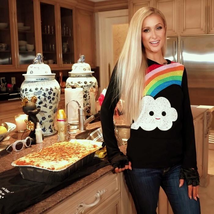 Paris Hilton en su nuevo programa de cocina
