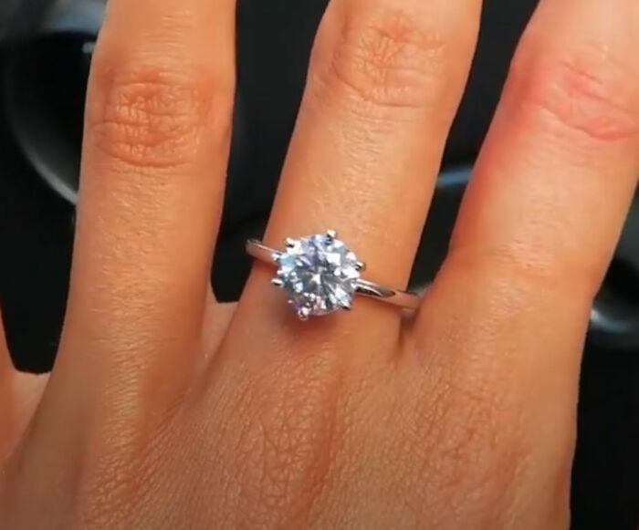anillo de compromiso; Este hombre le regaló un anillo de diamante falso a su novia cazafortunas