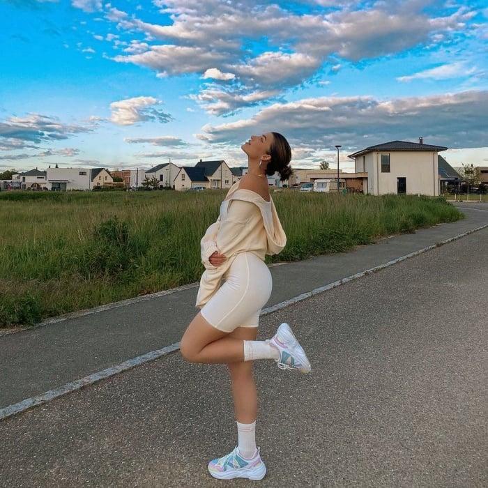chica de cabello largo rubio, castaño, claro, corto, con lentes de sol, bucket hat, playera oversized, mom jeans, tenis, tacones, vestido, botas, bolso pequeño, cárdigan, joyería, accesorios