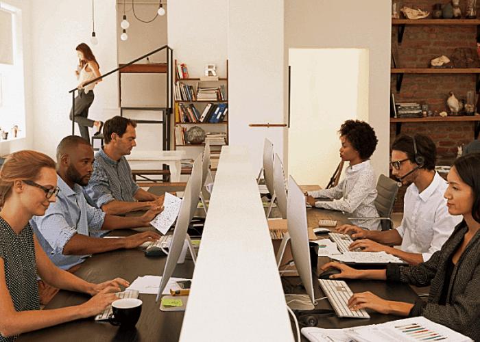personas trabajando en una empresa, oficina, horario laboral