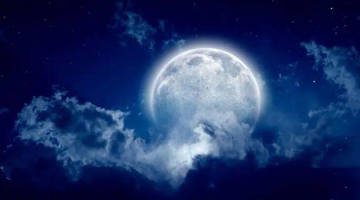 Luna Azul entre las nubes; ¡Por fin! Habrá Luna Azul en agosto y no te la puedes perder