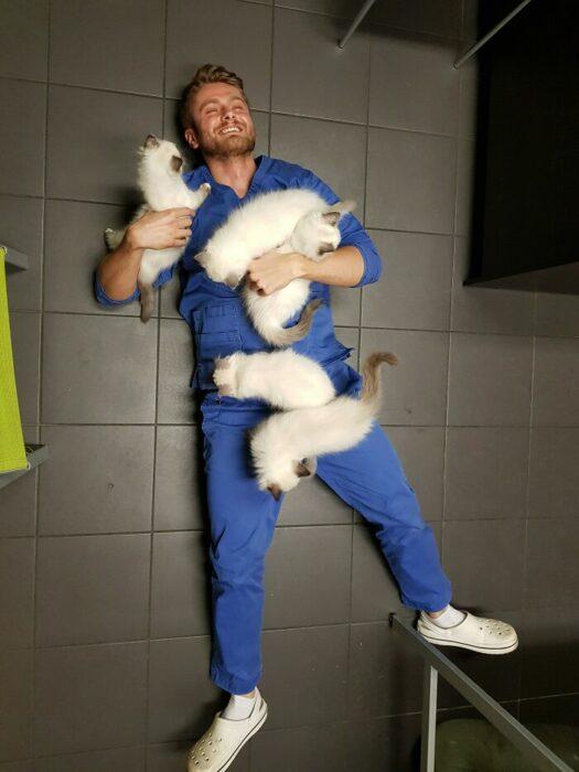 Veterinario recostado en el piso ;20 Mascotas que se mostraron amorosamente agradecidos con sus veterinarios