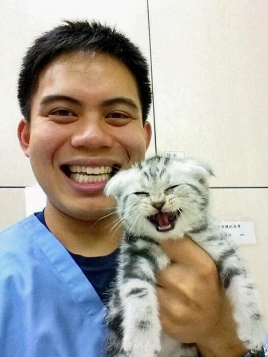 Gato y veterinario sonriendo ;20 Mascotas que se mostraron amorosamente agradecidos con sus veterinarios