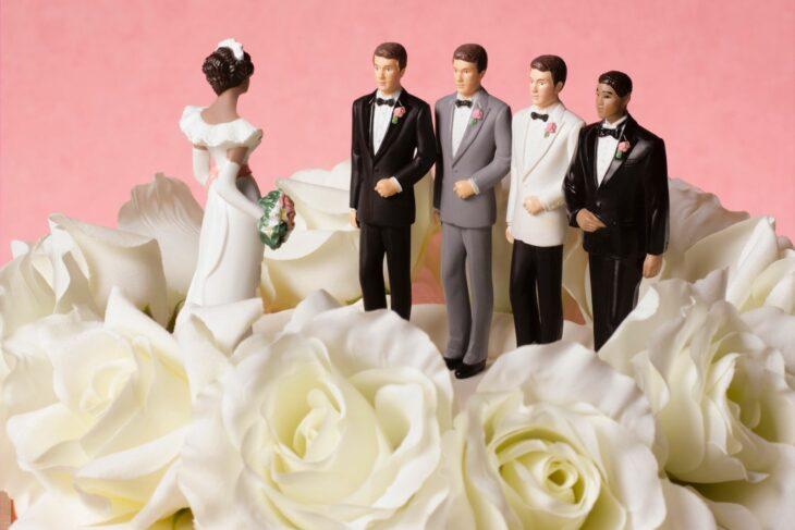 Muñecos de bodas sobre un pastel; Sudáfrica considera permitir que las mujeres tengan varios maridos e internet ya reaccionó