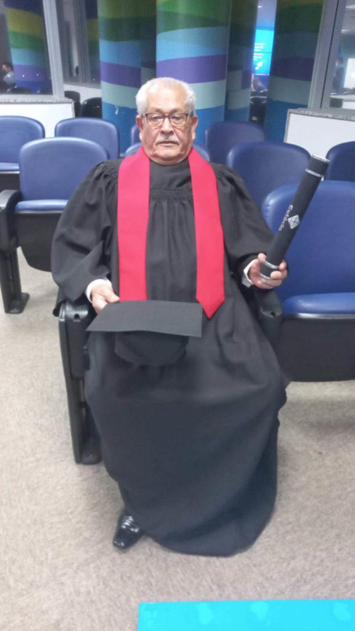 Anciano de 79 años se titula en Ciencias Jurídicas