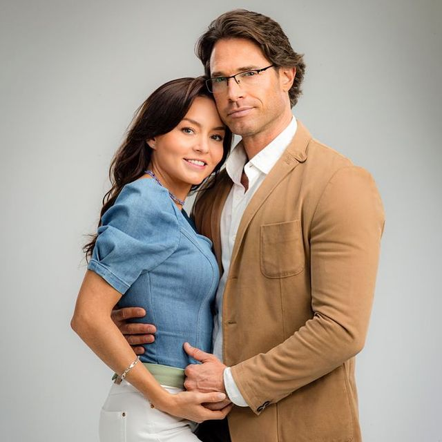 Angelique Boyer posando para una fotografía junto a su novio sebastian rulli