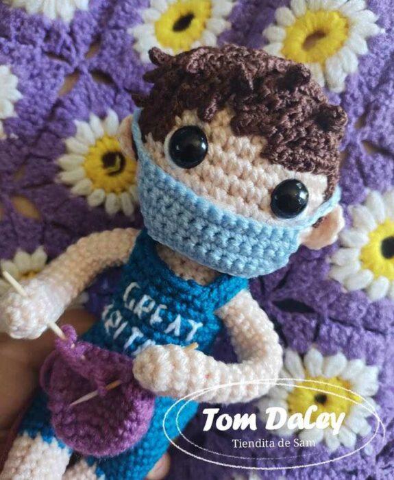 Muñeco tejido; Artesana mexicana hizo un muñeco de Tom Daley y él ya le respondió