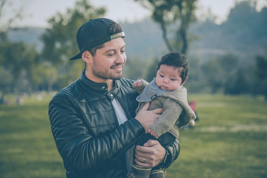 Papá cargando a su bebé; Así es como los abrazos de papá benefician el desarrollo de su bebé estudio