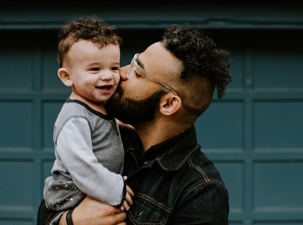 Papá abrazando a su bebé; Así es como los abrazos de papá benefician el desarrollo de su bebé estudio