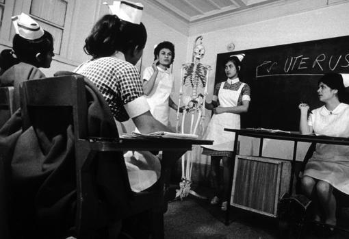 Mujeres enfermeras ;Así era la vida de las mujeres de Afganistán en los años 70