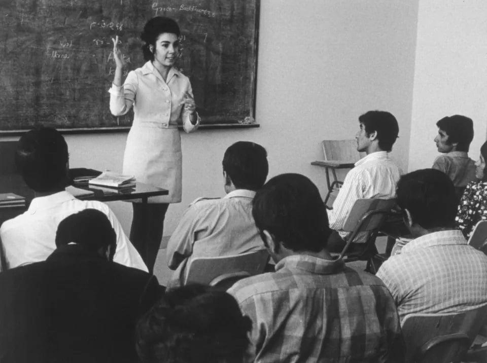 Mujer docente ;Así era la vida de las mujeres de Afganistán en los años 70