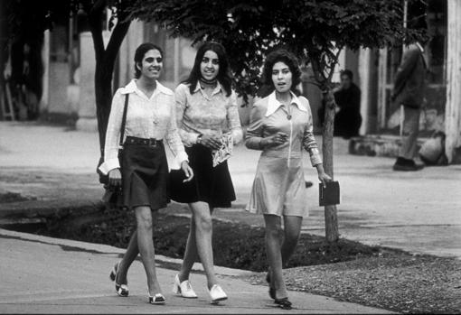 mujeres estudiantes ;Así era la vida de las mujeres de Afganistán en los años 70