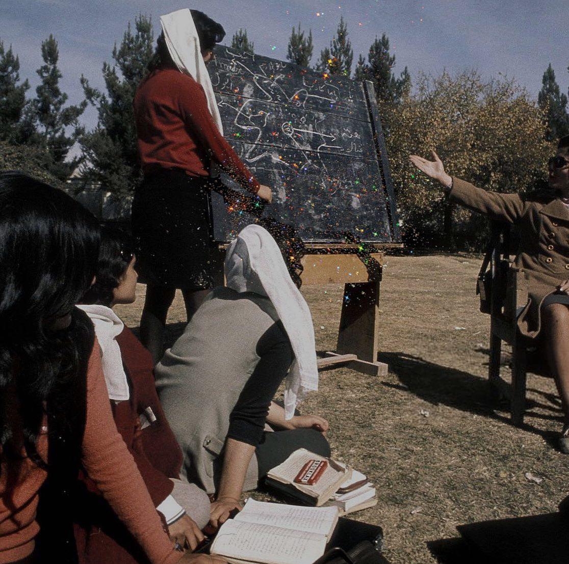 Mujeres dialogando ciencia ;Así era la vida de las mujeres de Afganistán en los años 70