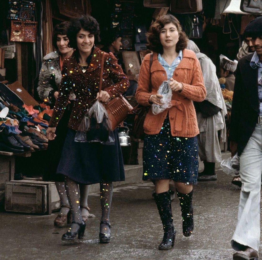 Mujeres paseando por la calle ;Así era la vida de las mujeres de Afganistán en los años 70