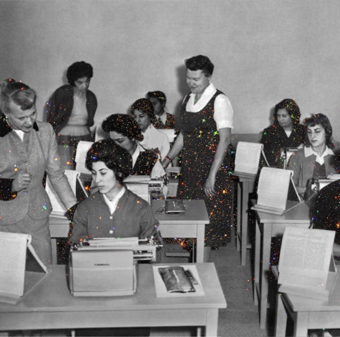 Mujeres secretarias ;Así era la vida de las mujeres de Afganistán en los años 70