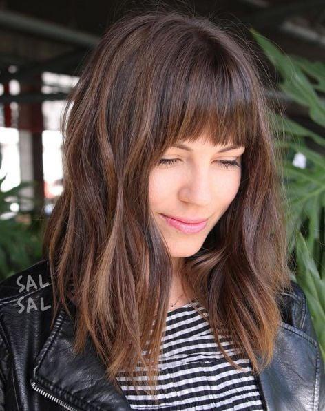 chica con cabello en flequillo ;14 Ideas para cortar tu cabello estilo midi que te encantarán