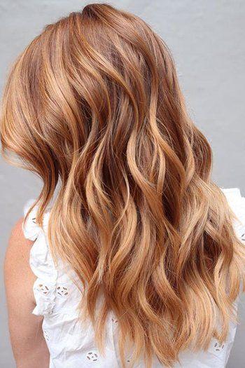Chica con el cabello teñido de color Creamy Peach