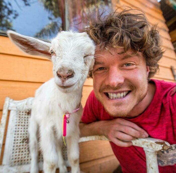 Chiva ;Allan Dixon; hombre se hace amigo de cualquier animal que encuentra en su camino