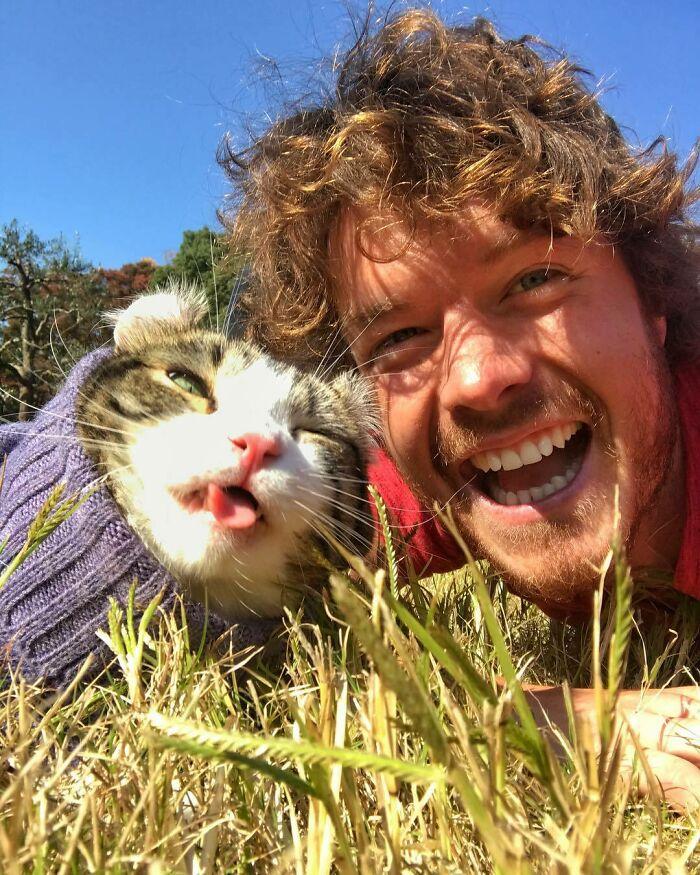 Gato con suéter ;Allan Dixon; hombre se hace amigo de cualquier animal que encuentra en su camino
