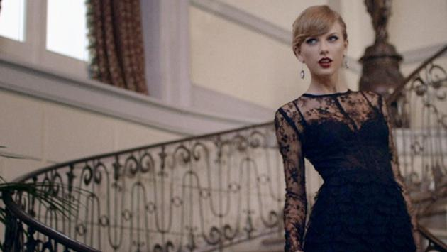 Taylor Swift posando para una foto en una alfombra roja
