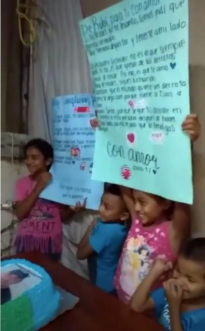 Niños sosteniendo unas pancartas