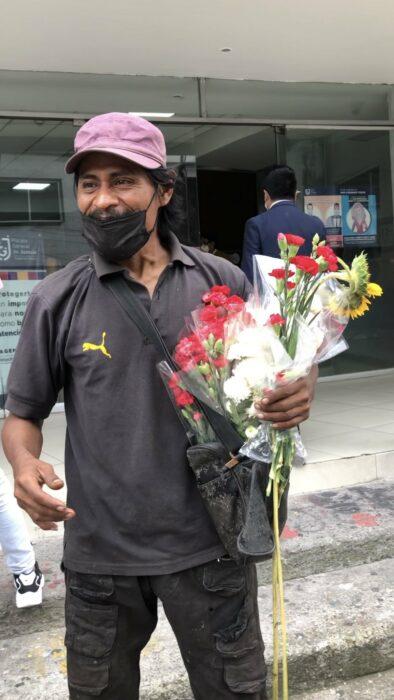 Hombre regala flores en agradecimiento por encontrar a su hija