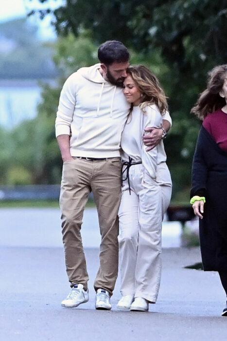 Jennifer Lopez y Ben Affleck besandose mientras están de vacaciones
