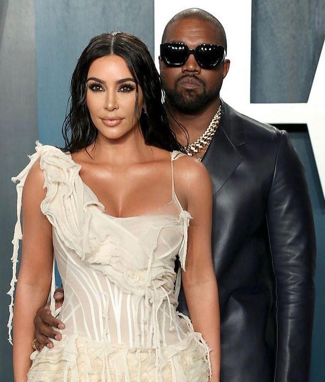 Kim Kardashian y Kaney West; Kim Kardashian se viste novia en concierto de Kanye West