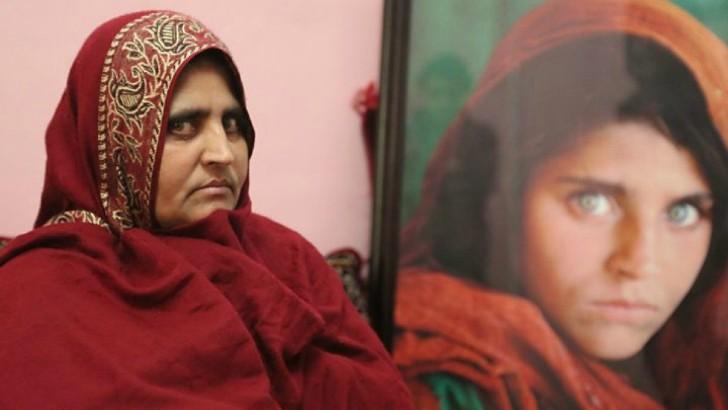Mujer llevando ropa afgana; La niña de National Geographic que refleja los cambios en Afganistán. Una vida bajo las sombras