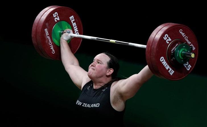 Atleta Laurel Hubbard levantando pesas en los juegos olímpicos
