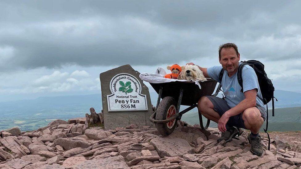 Hombre y su perro paseando; Llevó a su amado perro a su última aventura a través de su ruta favorita