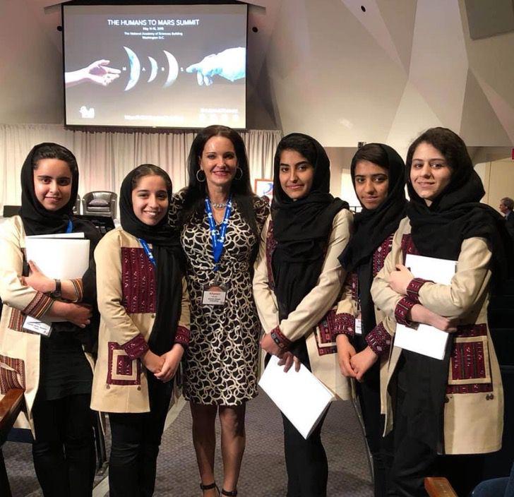 Grupo de chicas; Madre viajó hasta Qatar y rescata 10 jóvenes afganas que competían en robótica