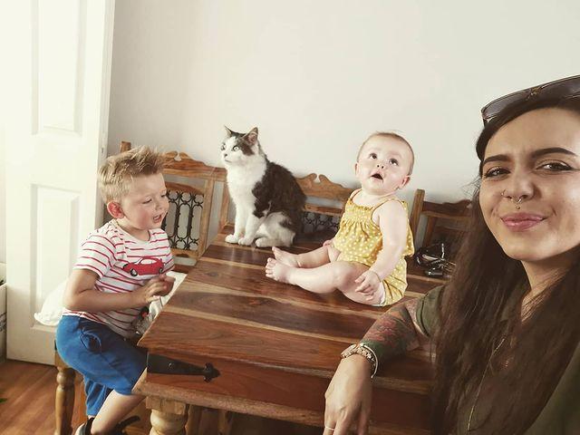 Madre e hijos en el comedor