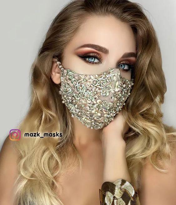 Chica usando una mascarilla de varios colores